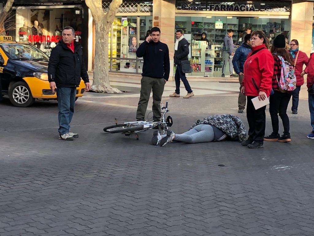 Ciclista atropellada en Chile y Pellegrini