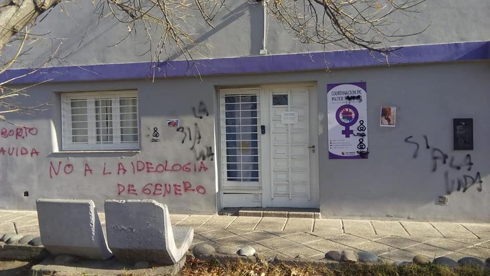 «Pro vidas» realizaron pintadas en el IES del Atuel y el Área de la Mujer