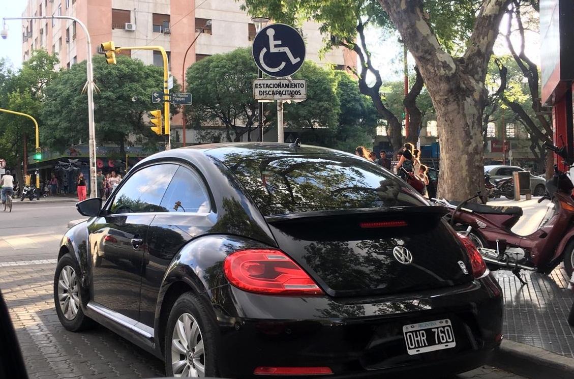 Gente que estaciona en la dársena de discapacitados