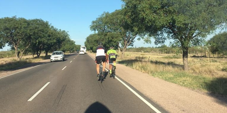 Les construyeron una ciclovía, pero circulan por la ruta
