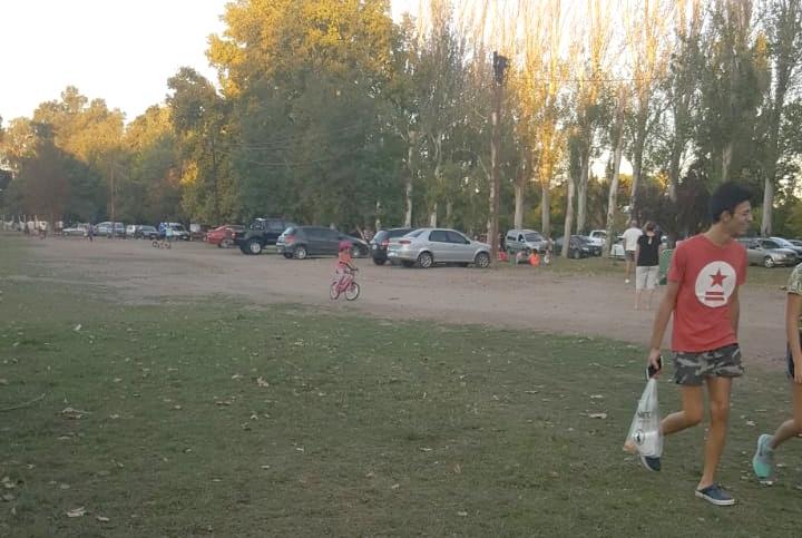 ¿Hasta cuándo los autos estacionados en el parque?