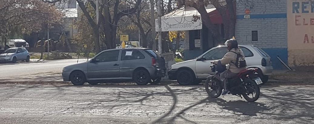 Autos a la venta obstruyendo la rampa para discapacitados