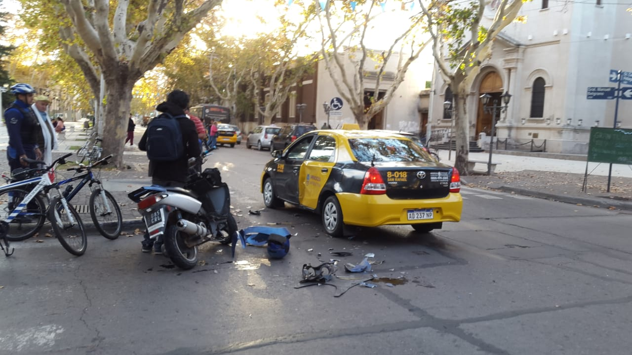 Borracho cruzó la bocacalle como venía y chocó un taxi