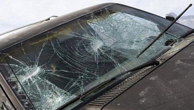 Agredió a su mujer y le rompió el parabrisas del auto a su suegro