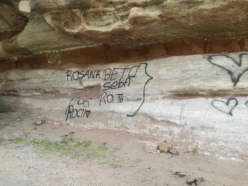 Valle Grande: Familia de La Pampa pintó rocas con sus nombres
