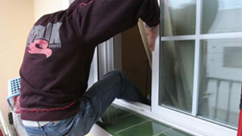 Quemó al ladrón que se quería meter por su ventana