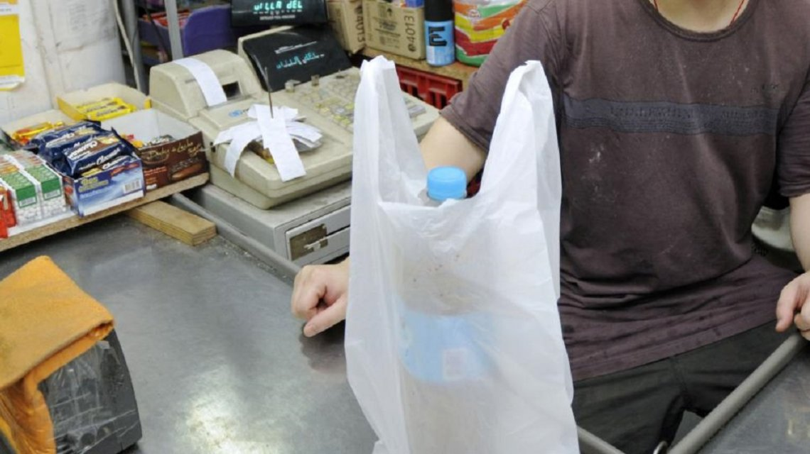 Mondotte pide que se prohíba la entrega de bolsas no biodegradables en supermercados y comercios