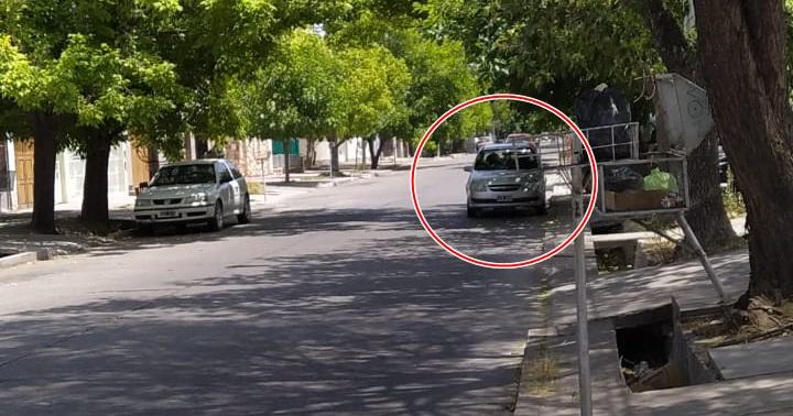 Gente que se estaciona sobre el carril rápido