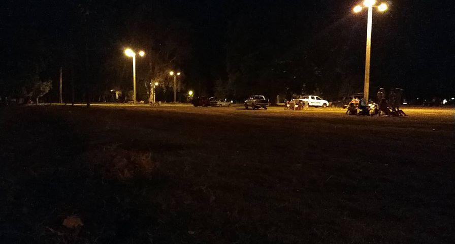 Parque Hto. Yrigoyen: Pese a la prohibición estacionan sobre el césped
