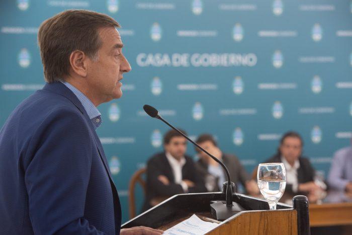 Suárez congeló el sueldo de sus funcionarios, y anunció que no subirá la tarifa del transporte ni de la electricidad por 6 meses