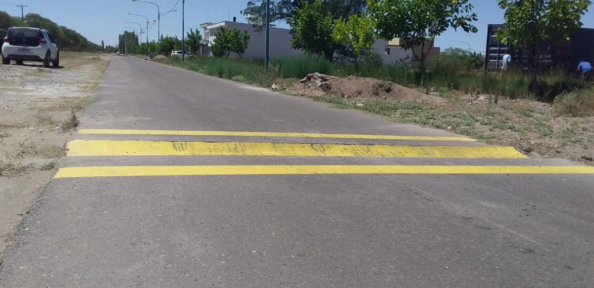 Inédito: Empresario instaló 4 badenes «rompe autos» en la prolongación del paseo Rawson