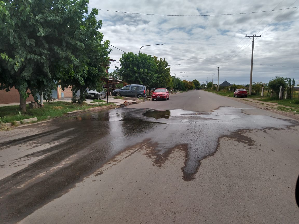 Tremenda pérdida de agua potable en barrio Alberdi